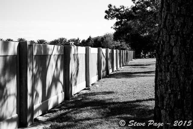 Az elemekből álló betonkerítés